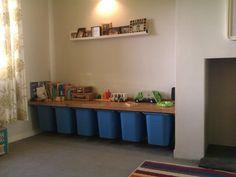 speelgoed opslag met behulp van een keukenwerkblad met Ikea speelgoed opbergdozen aan onderzijde bevestigd aan lopers - gemaakt van hout gesneden in een T-vorm - --- een mooi speel  oppervlak / plank.