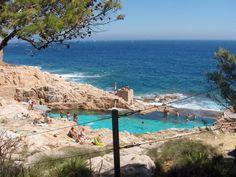 Esta piscina natural de Es Cau se encuentra junto al camino de ronda entre las citadas playas. A pesar de ser privada no ha podido ser perimetrada por sus propietarios.