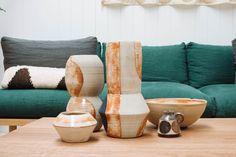 Деревянная мебель из восстановленной древесины, горшки для цветов, глиняные вазы и чашки, ковры - все это сделано с любовью и пониманием в семейной мастерской Pop & Scott.