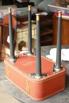 diy tisch aus orangerm koffer mit schwarzen beinen