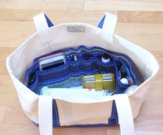 How to Make an Easy DIY Purse Organizer - thegoodstuff , Keep all your essential items from getting lost in your handbag with this easy DIY purse organizer tutorial! Diy Purse Organizer Insert, Purse Organizer Pattern, Fabric Organizer, Laundry Organizer, Organizers, Purse Patterns, Sewing Patterns Free, Free Sewing, Free Pattern