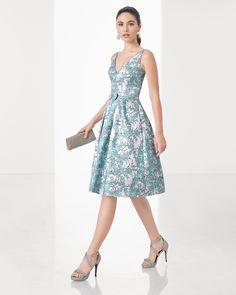 Vestido de fiesta corto clásico de costura de brocado con escote y espalda en V, en color agua y azul.