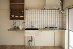 必要最小限の設備が揃ったキッチン。収納部分にイケアや無印の収納ツールをカスタマイズして自由に使えそうなところがいいなと感じました。