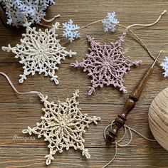 This pattern has 6 rounds and measures about 3 For the snowflakes pictured I used Scheepjes Maxi Sugar Rush crochet thread. Beau Crochet, Crochet Stars, Crochet Snowflakes, Thread Crochet, Crochet Crafts, Crochet Doilies, Crochet Projects, Crochet Christmas Decorations, Snowflake Decorations