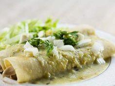 Receta de Enchiladas Suizas Ligeras | Esta es mi versión de las enchiladas suizas tradicionales. Sin grasa y más saludables pero conservando ese delicioso toque de la salsa verde mexicana. ¡Excelentes para una cena familiar! Prometo que les encantarán.