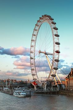London Eye is one of the many iconic attractions of London. Here we present some cool London Eye facts. London Eye, Voyage Hawaii, London With Kids, London Attractions, Uk Visa, Things To Do In London, London Photos, London Travel, Outdoor
