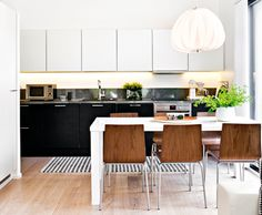 Black and white style. Also beautiful chairs! Industrial Loft, Vintage Industrial, Modern Loft, Black And White Style, Scandinavian Modern, Kitchen Inspiration, Table, Kitchens, Chairs
