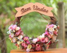 Guirlanda Bem Vindos com Aro de Galhos Decorada com Rosinhas - Costurando com Amor Artesanatos e Presentes - Costurando com Amor Artesanatos