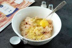 Добавить кускус, яйцо, соль и перец