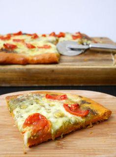 Pizza a impasto rosso con pesto, mozzarella e pomodorini