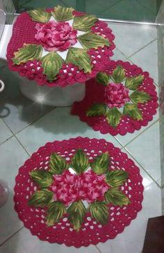Jogo de banheiro em crochê com três peças. Feito em barbante e disponível em outras cores de acordo com pedido do cliente.