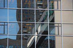 OPDRACHT 1 - VLAK Verschillende vierkante vlakken in een hokjespatroon met daarin vervormde reflecties.