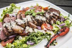 Stek New York na sałacie z dressingiem z niebieskiego sera pleśniowego - Grill360