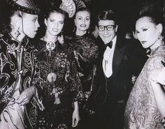 * Yves Saint Laurent et ses mannequins pour la présentation du parfum Opium le 20 septembre 1978 photo Ron Galella