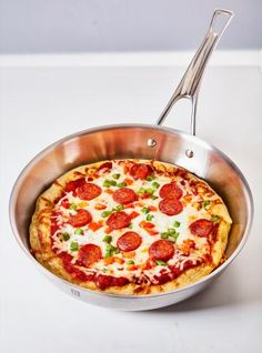 This recipe for deep dish pan pizza is cooked in a skillet and is so easy to make, the kids can even do it! Mini Pizzas, Best Pizza Dough, Pizza Hut, Pizza In A Pan Recipe, Pizza Recipes, Pizza Preparation, Ricardo Recipe, Caesar Pasta Salads, Scones Ingredients