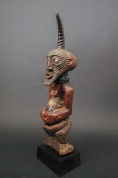 Figure de pouvoir Songye République Démocratique du Congo Moyen Lomani, Congo Style des Kalebwe centraux et méridionaux. Bois sculpté, métal, perles, corne - Villanfray & Associés - 21/04/2015