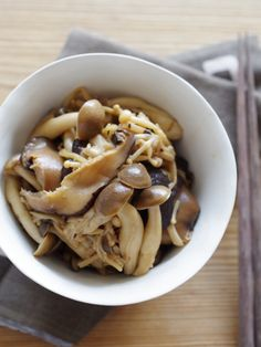きのこの生姜炒め by 齋藤 礼奈 / きのこの旨味と生姜の風味がやみつきな、ごはんのお供です。干しシイタケを使うことで、さらに旨味がアップ! / Nadia