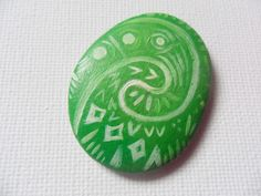 Disney crafts Moana - Hand painted pebble inspired by Disney Moana Heart of Te Fiti stone Rock Painting Patterns, Rock Painting Ideas Easy, Rock Painting Designs, Pebble Painting, Pebble Art, Stone Painting, Painting Art, Disney Diy, Disney Crafts