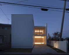 ご紹介したいのは自然光と間接照明を上手に取り入れたモダンな住宅です。SHSTTの手掛けるこちらの住まい、住空間を包むのは…