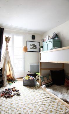 łóżko ikea kura + dywan ikea alvine ruta + tipi