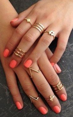 Nouvelle tendance bijoux, comment porter une bague de phalange, astuces pour bien mettre ses bagues de phalanges dorées ou argentés au doigt.