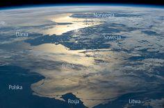Polska, Bałtyk i okolice widziane z pokładu Międzynarodowej Stacji Kosmicznej. Fot. NASA  To piękne zdjęcie Morza Bałtyckiego i otaczających je krajówzałoga Międzynarodowej Stacji Kosmicznej zrobiła 15 czerwca 2014 roku.  Wykonano je, patrząc wstecz – przeciwnie do kierunku, w którym poruszała
