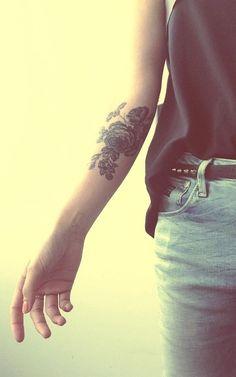 idée de tatouage fleurs sur l'avant-bras pour femme