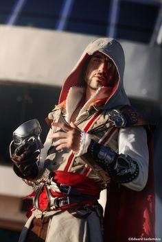 Ezio Auditore - Assassin's Creed 2 Cosplay Art by LeonChiroCosplayArt on DeviantArt Cosplay Armor, Epic Cosplay, Cosplay Costumes, Assassins Creed Cosplay, Assassin's Creed Hidden Blade, Assessin Creed, Beautiful Green Eyes, Geek Girls, Anime