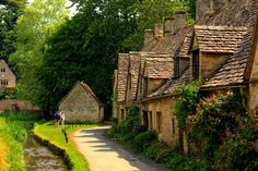 Bibury is located on River Coln and known for its watercolor views. From century stone cottages to century stone buildings. Beautiful World, Beautiful Places, Arlington Row, Trout Farm, Dating In London, Stone Cottages, Artist And Craftsman, Beaux Villages, England Uk