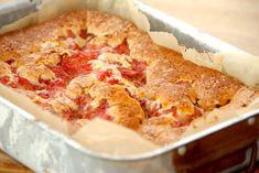 Få den bedste opskrift på kage med rabarber, der laves en hurtig og luftig dej, som tilføres friske rabarberstykker med sukker og kanel.