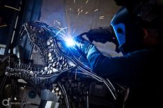 Artista plástico Zê Vasconcellos produzindo uma escultura de São Jorge com metal reciclado