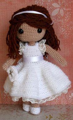 Hacer la comunión es especial y una preciosa muñeca como ésta es un regalo fantástico. Con su bonito vestido blanco con puntillas y lazo de raso, un librito de oraciones y el pelo adornado también ...