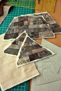 Quilted house any vsyakosti . Japanese house Box Tutotial - Build the roof - continued Japanese Patchwork, Japanese Quilts, Patchwork Bags, Quilting Tips, Quilting Projects, Sewing Projects, Sewing Box, Sewing Notions, Patch Quilt