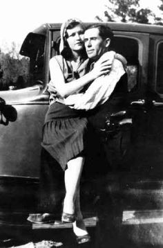 NOT Bonnie Parker & Clyde Barrow. Man is Buck Barrow; woman most likely wife, Blanche. Bonnie Parker, Bonnie Clyde, The Bonnie, Old Pictures, Old Photos, Creepy Pictures, Real Gangster, Gangster Party, Texas History