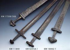 Kaksiteräinen miekka, Petersenin X-tyyppiä, säilä hyvin säilynyt, muodoltaan suippo. Väistin ja ponsi jälellä. Säilässä kirjoitukset. Säilän lev. 4,8 cm ...