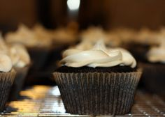 Dirty Girl Scout Cupcakes: The cupcake features a mocha cupcake filled with mint-chocolate ganache topped off with Irish Cream Frosting. Brownie Cupcakes, Liquor Cupcakes, Alcoholic Cupcakes, Mocha Cupcakes, Alcoholic Desserts, Cupcake Cakes, Cup Cakes, Drunken Cupcakes, Alcoholic Shots