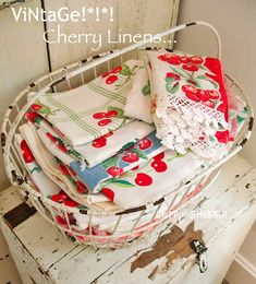 Antique Vintage Decor A pretty way to display vintage kitchen linens. Use in cottage decor, shabby chic decor and granny chic decor. Hd Vintage, Vintage Shabby Chic, Vintage Tea, Vintage Dolls, Granny Chic Decor, Vintage Wire Baskets, Regal Design, Design Design, Design Ideas