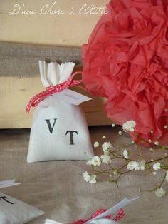 Wedding  : le cadeau des invités:des sachets de lavande Etiquette, Throw Pillows, Boutique, Decoration, Floral, Diy, Pom Poms, Manualidades, Paper Peonies