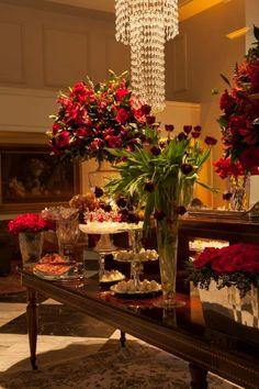 Vermelho com dourado - http://www.blogdocasamento.com.br/cerimonia-festa-casamento/decoracao-festa-igreja/decoracao-de-casamento-vermelha-com-dourado/