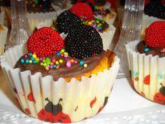Cupcake de vainilla con ganache de chococlate.