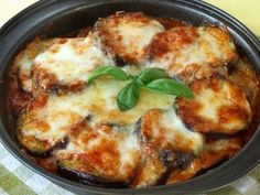 Easy Mozzarella Chicken Recipe (Low Carb Chicken Parm) Easy Mozzarella Chicken is a low carb dream! Seasoned chicken simmered in a homemade tomato sauce, topped with melted mozzarella cheese, this is the BEST Easy Mozzarella Chicken Easy Mozzarella Chicken Recipe, Low Carb Chicken Parmesan, Keto Chicken, Baked Chicken, Oven Chicken, Low Carb Recipe With Ricotta Cheese, Chicken And Diced Tomatoes Recipe, No Carb Meals Chicken, Parm Chicken