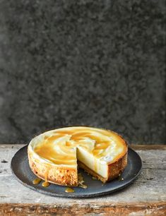 An absolute treat of a cheesecake, with a gingery biscuit base, dreamy velvet filling and salted honey topping Nutella Brownies, Fudgy Brownies, Köstliche Desserts, Delicious Desserts, Dessert Recipes, Yummy Food, Honey Recipes, Sweet Recipes, Ginger Nut Biscuits