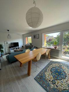 Dieses schöne, moderne Wohnzimmer mit blauen Details gibt es in einer WG in Karlsruhe. #wggesuchtde #wggesucht #wgzimmer #ideen #inspiration #einrichtung #lampe #blau #sofa #holztisch #hell #wohnzimmer #fenster #karlsruhe Sofa, Home Decor, Living Room Modern, Timber Table, Nice Asses, Settee, Decoration Home, Room Decor, Couch