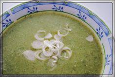 Brennnessel Giersch Cremesuppe     Zutaten:   3handvoll Brenesselblätter   1 Zwiebel   2 mehligkochende Kartoffeln   etwas Öl   Suppenwürze... Soup, Ethnic Recipes, Potatoes, Onion, Cooking, Soups, Chowder