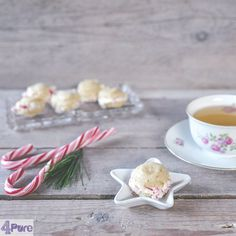 macaron kerstkoekjes met zuurstokken - Ook zo'n liefhebber van koekjes? Dan zijn deze gevulde kerstkoekjes echt iets voor jou! Ook leuk om mooi te verpakken en als Kerst cadeau te geven.