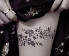 Tattoo cuisse – 48 tatouages de caractère (tatouage couronne fleurs cuisse jambe thigh)