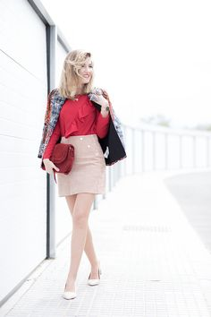 BLUSA ROJA – Mi Aventura Con La Moda. Red ruffle blouse+beige suede skirt+nude midi heeled pumps+printed jacket+dark red suede handbag+necklace. Spring Dressy Casual Outfit 2017