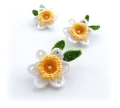 MADE TO ORDER - ANY COLORS, PIN FASTENER CAN BE ATTACHED - JUST ASK ME.   Hand Crochet Appliques Brooches Daffodil flowers made using Acrylic yarn. Flowers measures approx: 9 cm in diameter, surrounded by leaves approx: 11,5 cm  I have left tails of thread from the center on the reverse of the flower for sewing, so can be easily attached to your headband, blouse, dress, jacket, coat, scarf or bag... Great for Easter crafts.    All my pieces are made from the heart and carefully handcrafted…