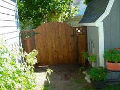 To hide an unsightly area of the yard I built a gate and short fence to fit the area from pallet wood.  #Backyard, #Garden, #Gate, #PalletFence, #RecyclingWoodPallets
