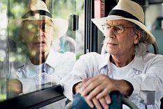 A JORNADA O escritor Eduardo Alves da Costa num ônibus em São Paulo.  Em Tango, com violino, ele conta as aventuras de um homem de 70 anos que vaga pela cidade ao acaso (Foto: Rogério Cassimiro/ÉPOCA)